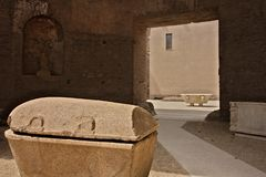 两个石棺和一个木盆在白色大理石在Dioc浴  库存图片