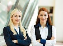 两个确信的愉快的女商人画象  免版税图库摄影