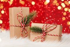 两个礼物盒包裹与在红色背景的丝带 免版税库存照片
