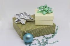 两个礼物盒和一个球在新背景 免版税库存照片