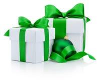 两个礼物盒栓了被隔绝的绿色丝带和圣诞节中看不中用的物品 免版税库存照片