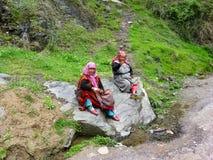 两个祖母坐石头 免版税库存照片