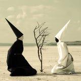 两个神奇人和一棵干燥树 图库摄影