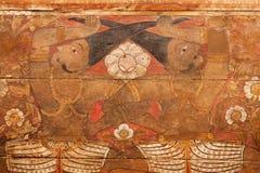 两个神话英雄绘画由在神圣的牙里面16世纪寺庙的头发互相拉扯  库存照片