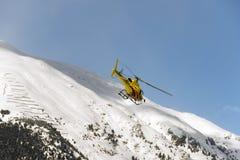 两个私人喷气式飞机在圣盛生积雪的机场在阿尔卑斯瑞士在冬天 免版税库存照片