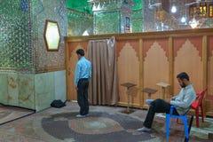 两个穆斯林在镜子清真寺执行伊斯兰教的崇拜,伊朗 免版税库存照片