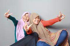 两个穆斯林姐妹画象  图库摄影