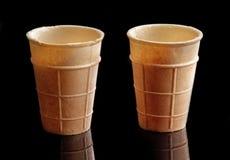 两个空的冰淇凌奶蛋烘饼锥体 免版税图库摄影