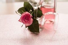 两个空的酒杯桃红色罗斯瓶半满的红色明亮的天 库存照片