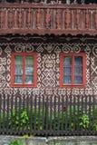 两个窗口和装饰墙壁在Cicmany 免版税图库摄影
