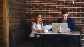 两个笑的工友谈论工作计划,当在午休在自助食堂时 股票视频