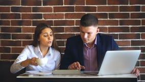两个笑的工友谈论工作计划,当在午休在自助食堂时 股票录像