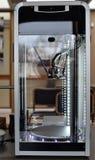 两个等待一项新的任务的细丝3D打印机 新的打印技术 免版税库存照片