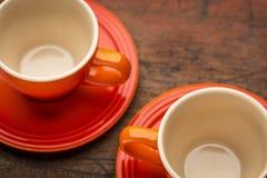 两个粗陶器咖啡杯 库存照片