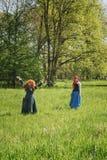 两个红头发人在公平矮子的幻想期间的森林里 库存图片