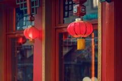 两个红色中国灯笼餐馆外 库存图片