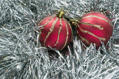 两个红色圣诞节球 库存图片