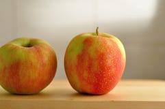 两个红色新鲜的苹果 免版税库存照片