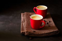 两个红色杯子浓咖啡 免版税图库摄影