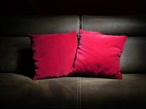 两个红色枕头 库存照片