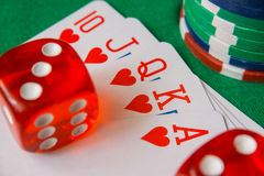 两个红色模子,赌博娱乐场芯片,在绿色毛毡的冲洗皇家卡片 库存图片
