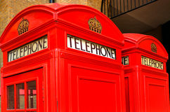 两个红色电话亭在伦敦,英国 免版税库存照片