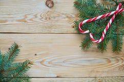两个红色糖果锥体的心脏在圣诞树的在右上角分支 新年或情人节甜点装饰 库存图片