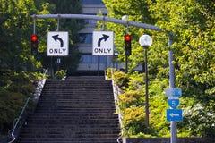 两个红色红绿灯和相反行驶方向 库存照片