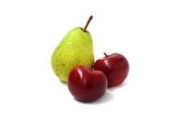 两个红色苹果和梨 免版税库存图片