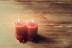 两个红色蜡烛栓与红色丝带,华伦泰` s天的标志,仿造物人关系和妇女 库存照片