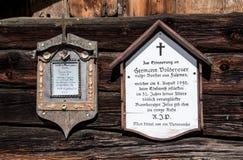 两个纪念匾在非常小阿尔卑斯村庄Fulmes 两年轻人跌倒了并且通过采摘Edelweis死了 免版税库存照片