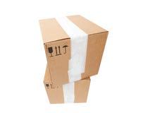 两个纸板箱塔有标准黑标志的 库存照片