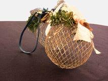 两个网状的圣诞树球 免版税库存图片