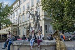 两个美丽的乌克兰女孩坐喷泉 图库摄影