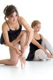 两个美丽的女孩为一起训练的舞蹈做准备 免版税库存图片