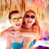 两个美丽的女孩获得在海滩的乐趣在暑假时 免版税图库摄影