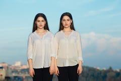 两个美丽的年轻姐妹双女孩 图库摄影
