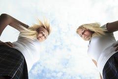 两个美丽的白肤金发的少妇 图库摄影