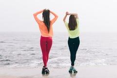 两个美丽的苗条女孩参与在t的体操 库存照片