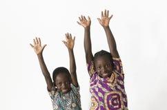 两个美丽的非洲孩子演奏和获得乐趣通过显示 免版税库存照片