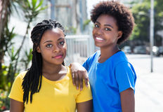 两个美丽的非裔美国人的女朋友在城市 免版税库存图片