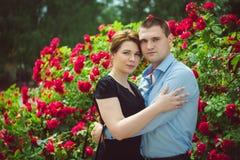 两个美丽的年轻恋人画象  免版税库存照片