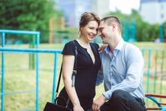 两个美丽的年轻恋人画象  免版税库存图片