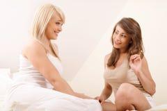 两个美好女性朋友说闲话 库存照片
