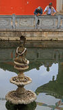 两个老中国人是赞赏的生动的喷泉  库存图片