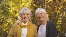 两个老妇人微笑对照相机的,信任的联系,生活概念的朋友 股票视频