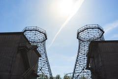 两个老工业冷却塔 库存图片