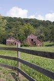 两个老红色谷仓 库存图片
