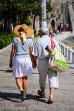 两个老年人会议在古城 免版税图库摄影