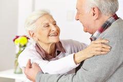 两个老年人跳舞 库存照片